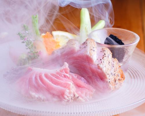 「本マグロの大トロ燻製レアステーキ」ヨダレが止まらない!期間限定で半額提供